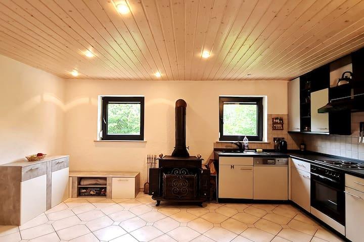 Wohnraum im unteren Stockwerk mit Küche & gemütlichem Ofen