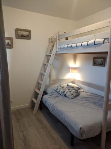 Chambre 2  Lit 140 plus lit de 90 en mezzanine