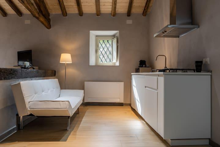 Divano letto , cucina moderna con forno a microonde multiuso, macchina da caffè nespresso, Infissi  in alluminio vetrocamera.