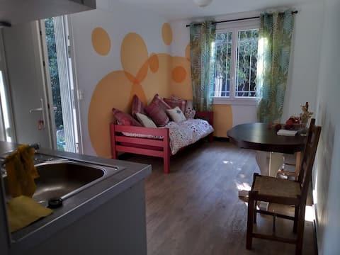Superbe appartement donnant sur un jardin boisé.