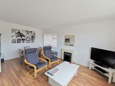 The Hazels. A cheerful 2 bed bungalow with parking
