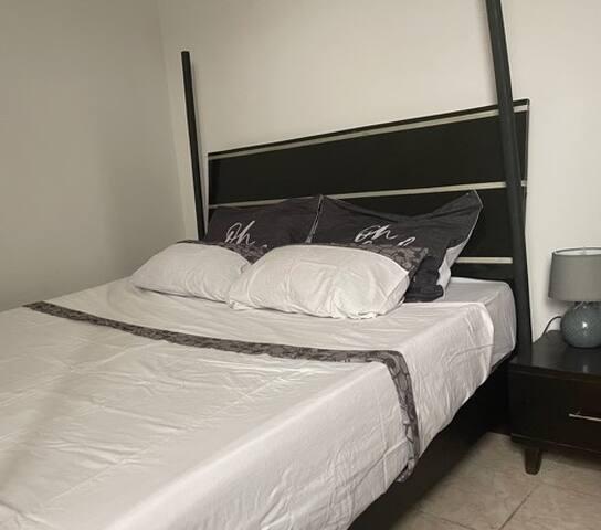 chambre  confortable avec Lit 160/200 cm. Linge de lit changé toute les semaines ou à la demande