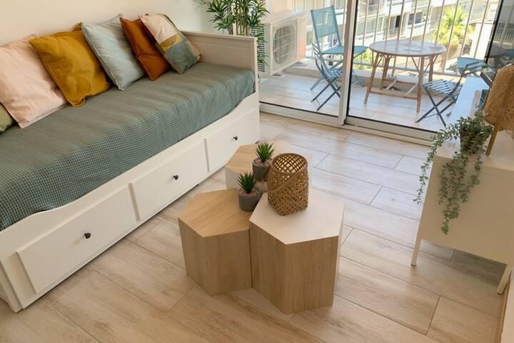 Canapé-lit ( couchage 160/200)  Télévision avec TNT  Wifi  Pièce climatisée