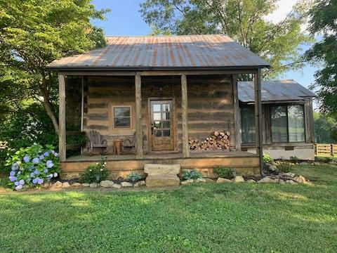 Antique 2 bedroom cabin overlooking a working farm