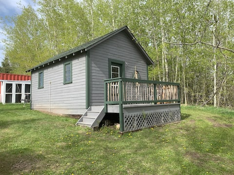 Adorable 2 bedroom lakefront Cabin on 123 acre