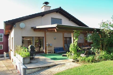 Haus mit grossem Garten, Pool und Kaminofen
