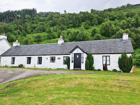 Owl Cottage, dog-friendly 2-bed near Loch Ness