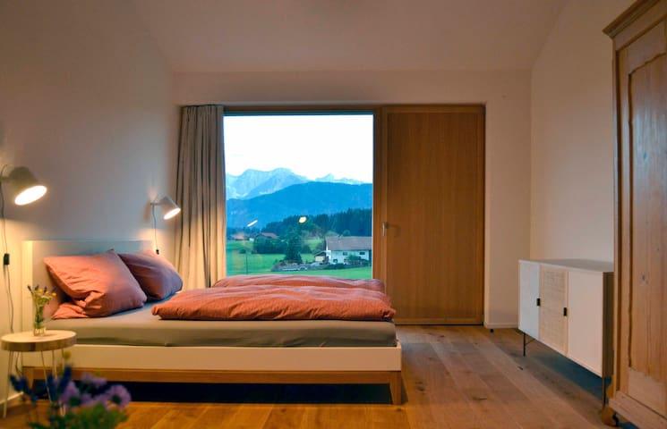 Großes Schlafzimmer mit Doppelbett (180/200) und einer Schlafcouch (150/200).