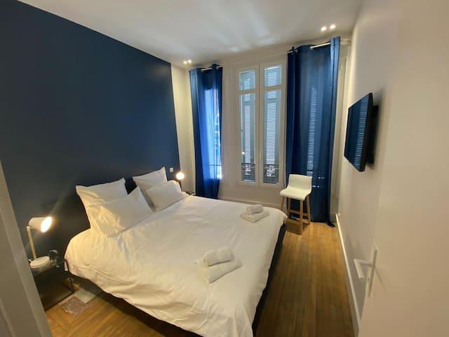 Chambre bleue avec lit double