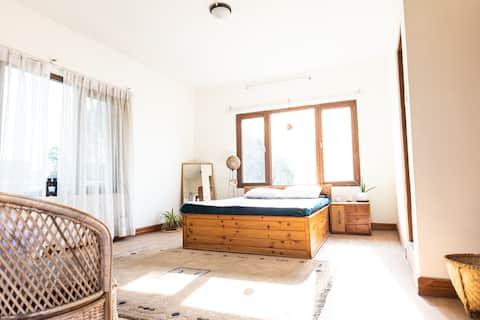 Balcony Bedroom Bunglow w Bathtub & living space