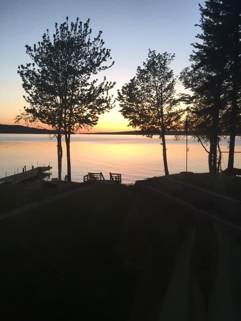 Solnedgang Breeze Retreat. Len deg tilbake, slapp av her.