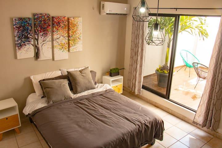 """Recamara """"Árbol"""". Descansa en este espacio preparado para que te relajes y aproveches el acceso al patio."""
