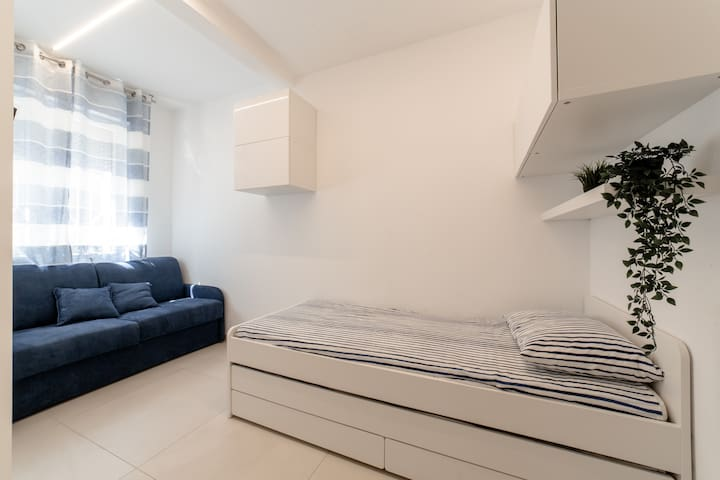 Seconda camera da letto con letto singolo e un altro letto singolo estraibile e un divano letto matrimoniale