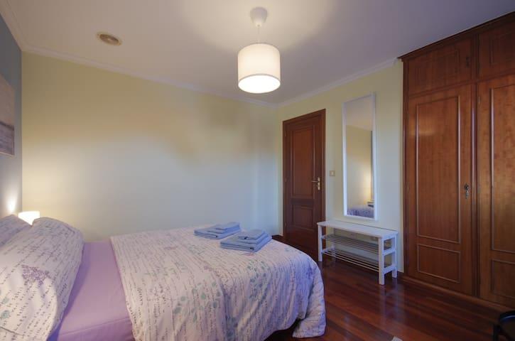 Dormitorio principal | Fachada a la calle Marqués de Aranda | Cama de 135x190 cm.