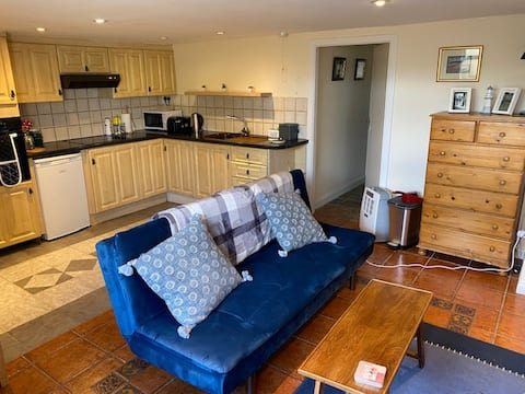 Lovely basement apartment 100 m from the beach