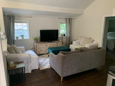 Cheerful 2-Bedroom Carriage Home 2mi to Downtown