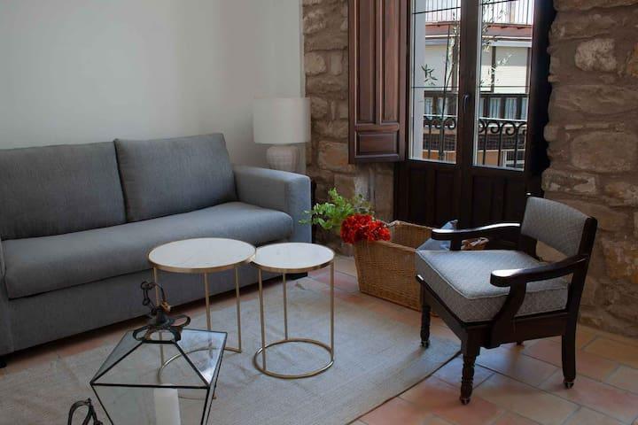 Detalle del salón y balcón con vistas a la calle Real