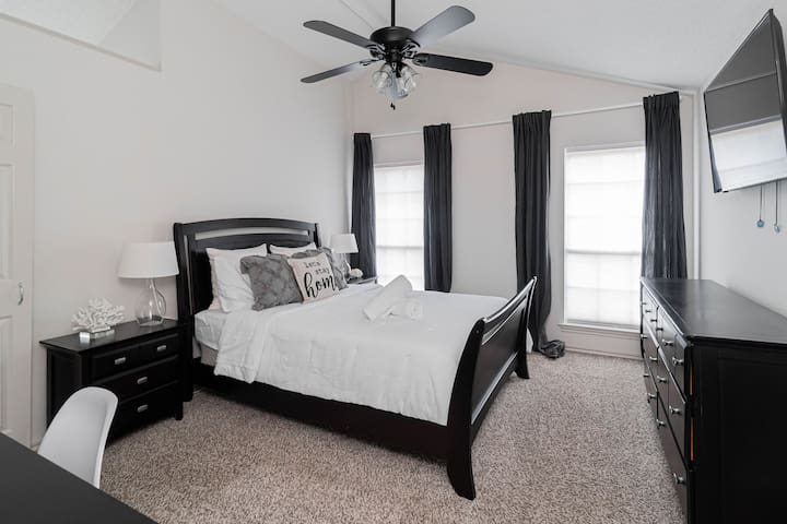 Master Bedroom with Queen size bed, smart TV and desk