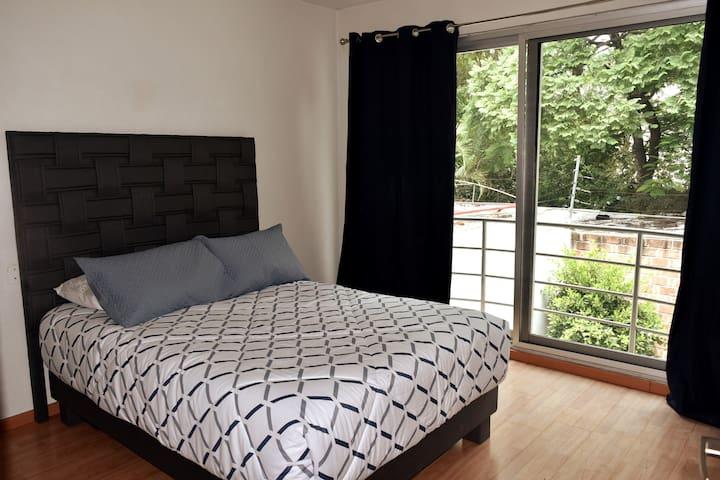 Hermosa y acogedora habitación con una cama matrimonial y mucha luz natural, tiene un baño completo.