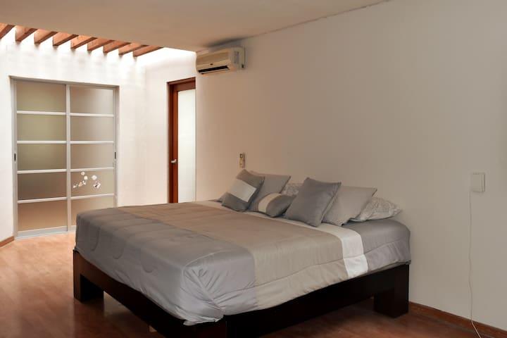 Amplia habitación, muy cálida y llena de luz , tiene una cama KS , aire acondicionado y baño completo con jacuzzi.