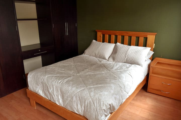 Acogedora habitación, muy bien iluminada y ventilada, tiene aire acondicionado y cama matrimonial. Amplio closet .
