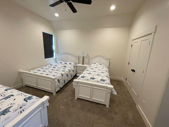 Guest Bedroom 3 Queen and 2 twin beds