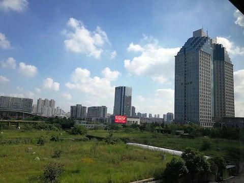 【潍坊市政治与文化中心】地段绝佳(出行方便)阳光美好大三居室 干净整齐首次出租