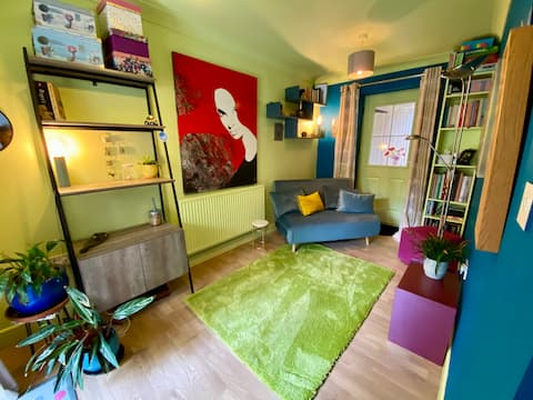 Arty 2 bedroom, central apartment - free parking