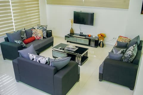 Stylish & Luxurious 4 Bed+Den Home Away From Home!