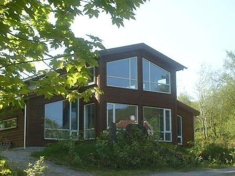 Moderne og romslig hytte nær Lysefjorden