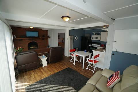 Waterfront cottage, just 2 blocks from the beach!