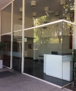 Acceso Principal/ Cubo de vidrio