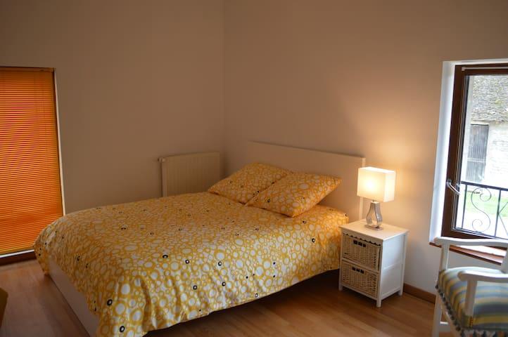 Grande chambre très lumineuse avec un grand lit