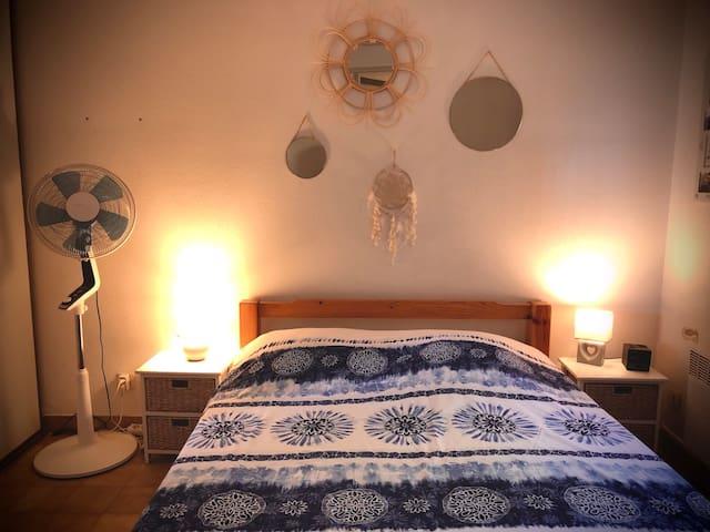 Grande chambre double lit Queen size d'environ 15 m2.