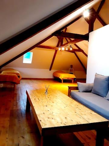 Chambre 4 au 2ème étage avec 4 lits simples et un petit salon (80 m²)