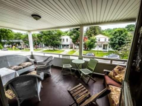 Vintage Inspired 2-Bedroom With Fabulous Balcony