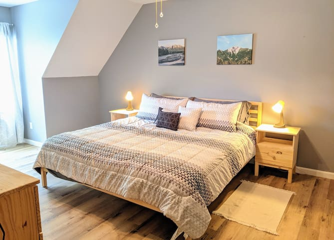 King bedroom. A beautiful crib with crib mattress and bedding can also be set up in this room on request.