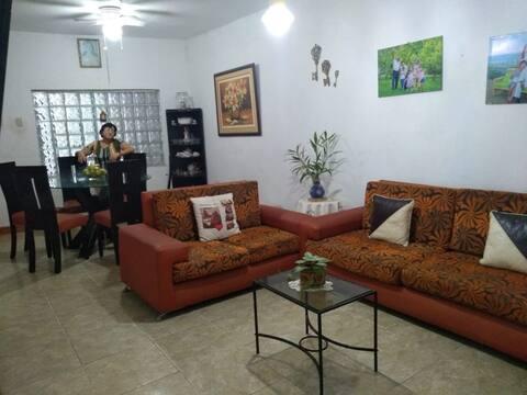 Fam COZY HOUSE 2HB+3BEDS+2Bathroom+TV/WiFi+cocher
