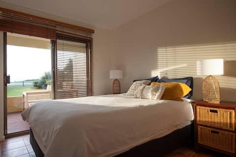 Sunset Beachside apartment Retreat