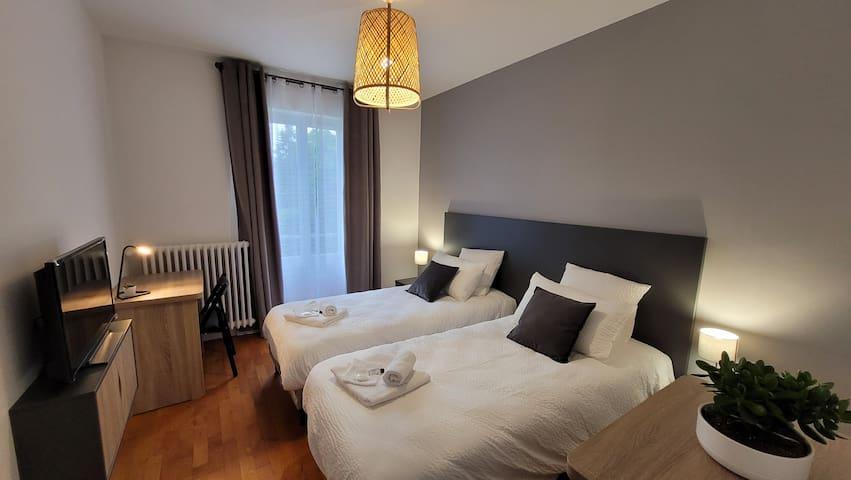 Chambre n°2 : Lit double 180x200 transformable en deux lits 90x200. Avec télévision HD connectée.