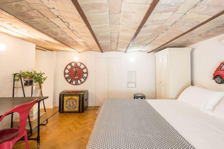 Camera da letto con affaccio esterno.  Letto matrimoniale 160x190 con materasso in memory. L'appartamento è dotato anche  di un lettino da viaggio per bebè e bambini.