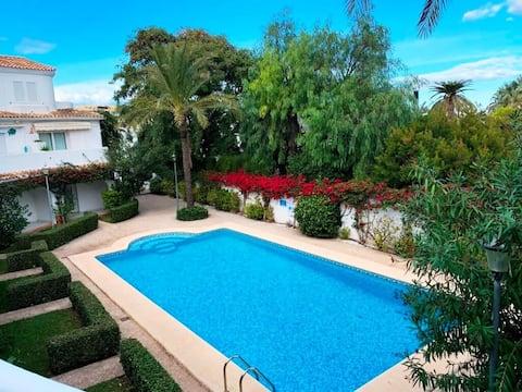 Bonito apartamento con vistas al mar y a piscina