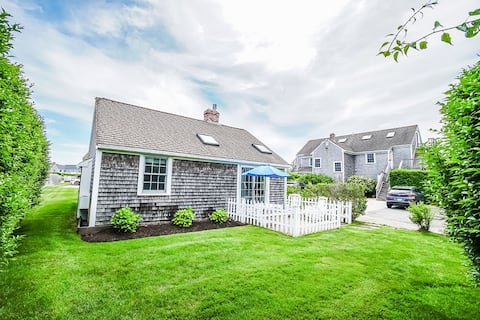 Cozy 2-bedroom cottage near beach. Great location!