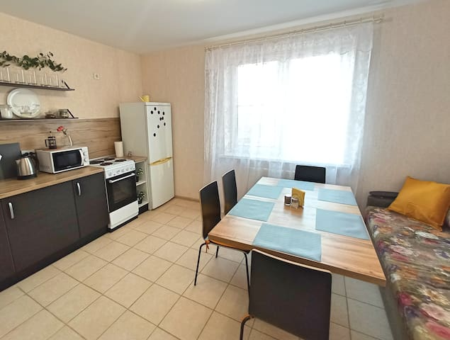 Кухня-гостиная. Обеденная зона. Диван-кровать (два спальных места)