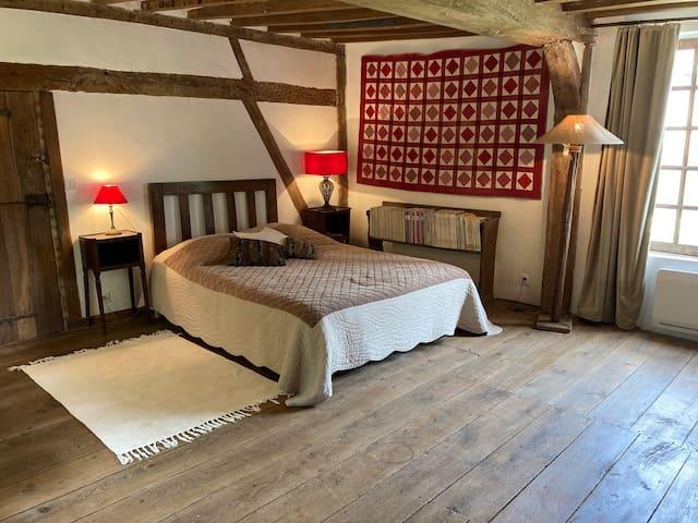 Très grande chambre dans la partie XVIe siècle de la maison.  Poutres et parquet d'origine.