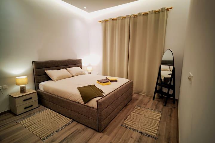 Master Bedroom with En-suite toilet/Shower