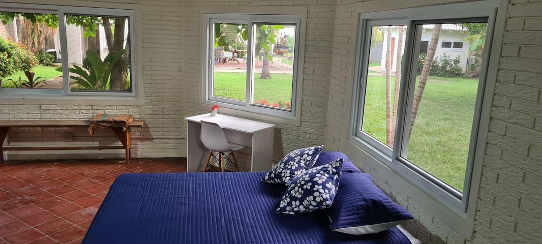 Descanso- comodidad - trabajo. ¡Todo en la Villa! Habitaciones completamente renovadas, 1 cama matrimonial, 3 camas individuales, capacidad para 6 personas,  baño privado completo, espacio para trabajar, wifi, A/C, vista relajante a los jardines.