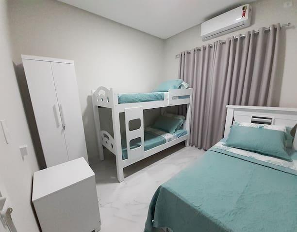 quarto para 4 pessoas, com 1 beliche, 1 bicama, armário e cômda