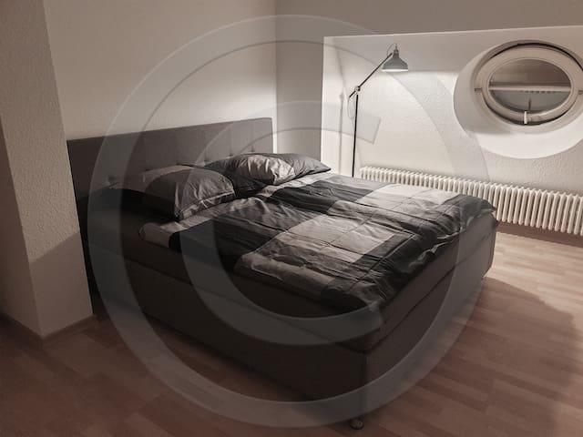 Gästezimmer 1 (180er Bett) / Guest room 1  (Queen size bed)