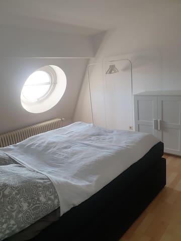 Gästezimmer 2 (140 er Bett)/ Guest room 2  (Double size bed)